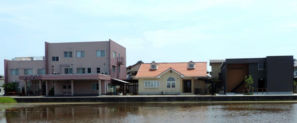ビジネス旅館の建物が田んぼ越しに3棟横並び