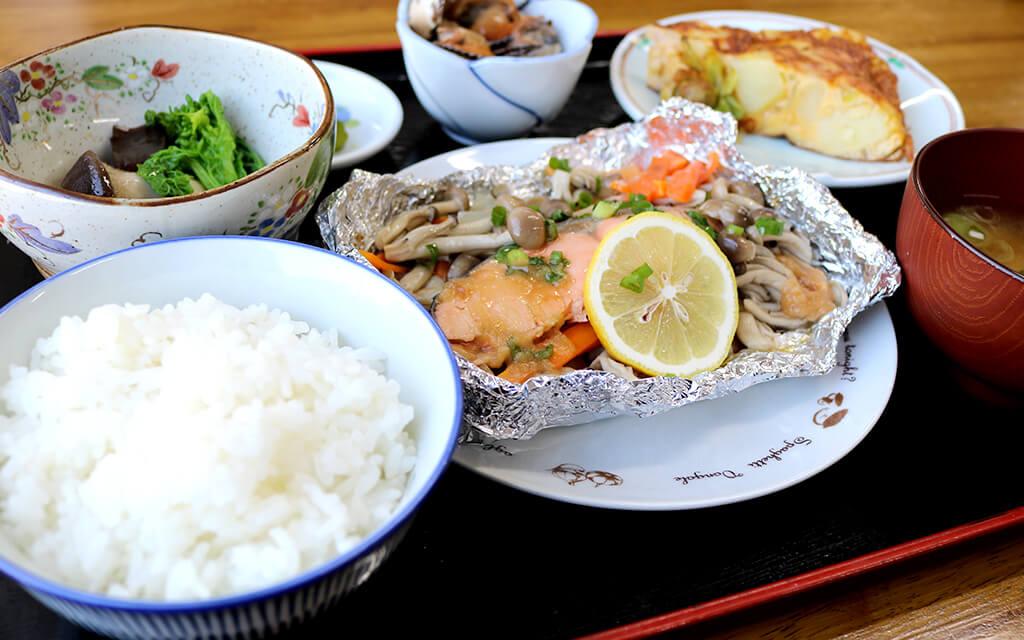 夕食のメニューは魚のホイル焼き