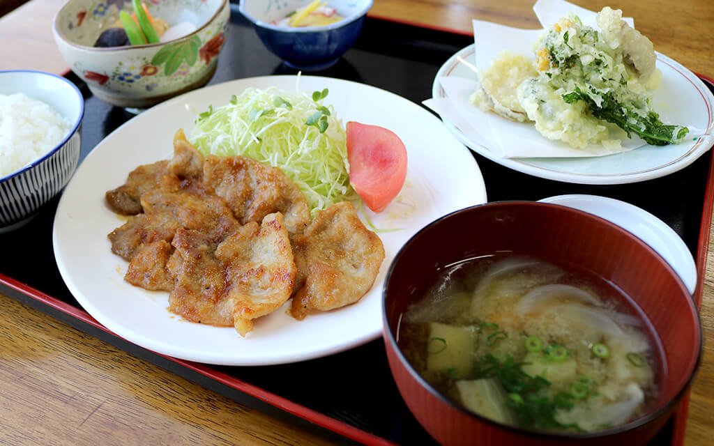 夕食の一例は豚の生姜焼き