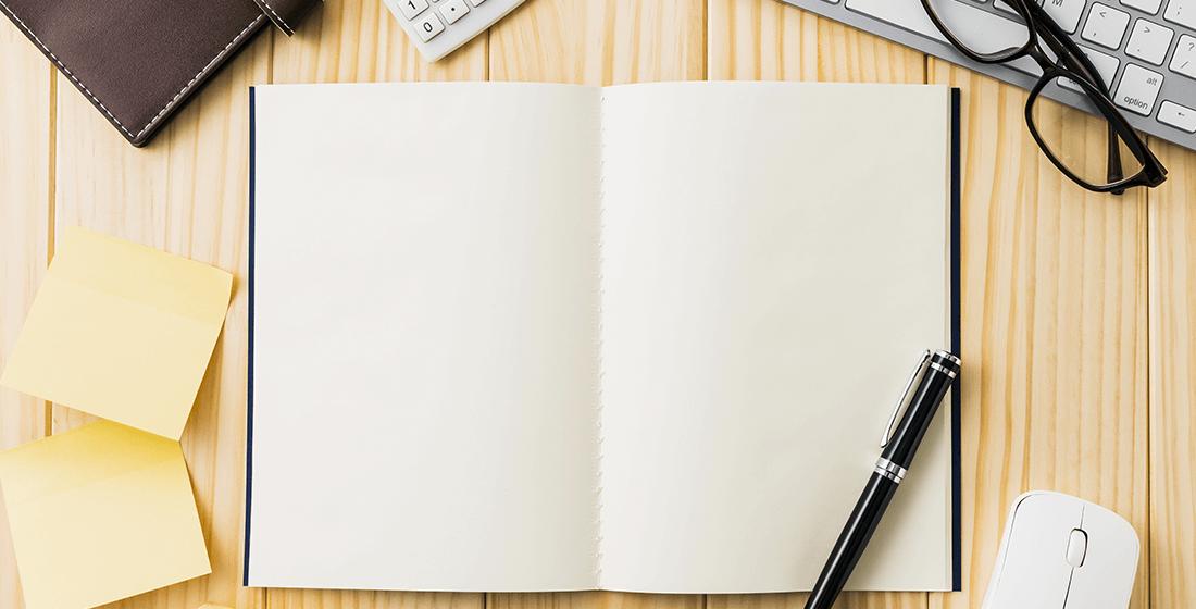 真っ白なノートとボールペン