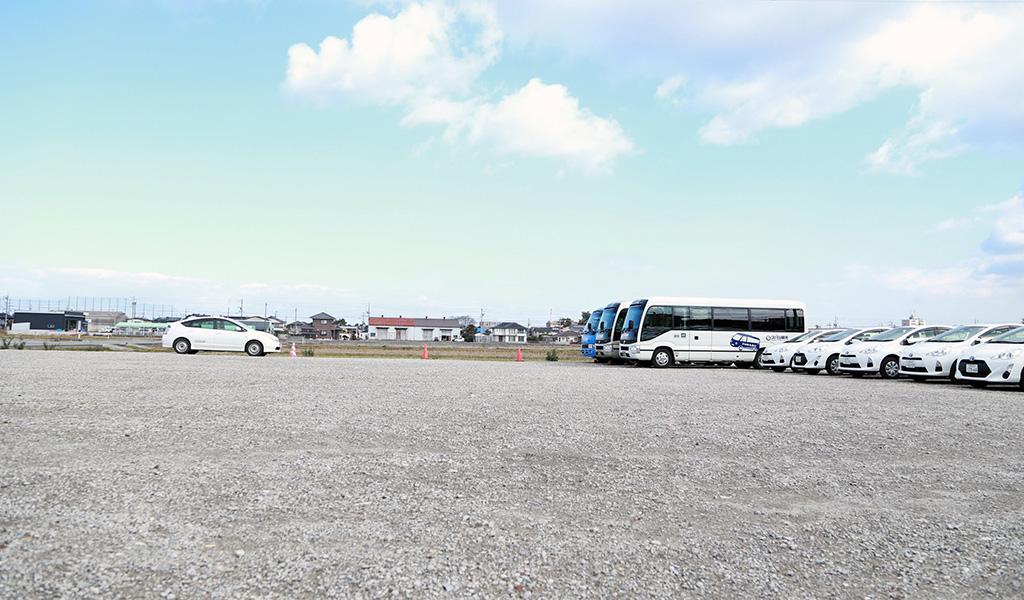 大型も駐車できる広々とした駐車場