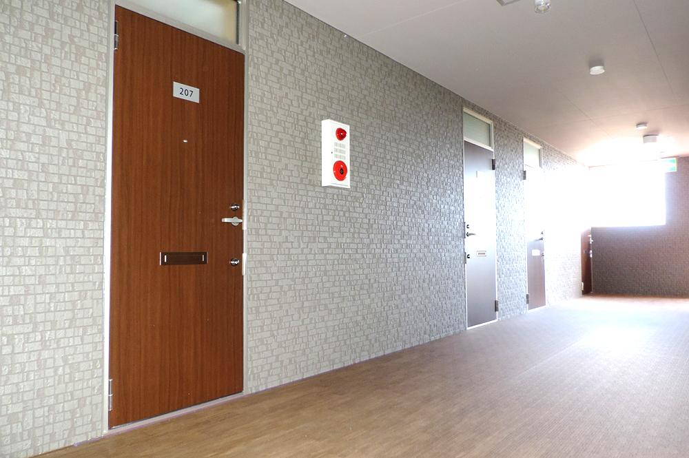 廊下からの部屋への入り口の風景