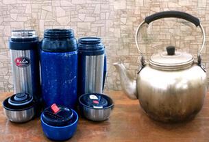 並べられた水筒とヤカン